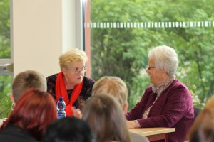 Barbara K und Heilwig W. beim Gespräch im Stadtfeld-Gymnasium Wernigerode